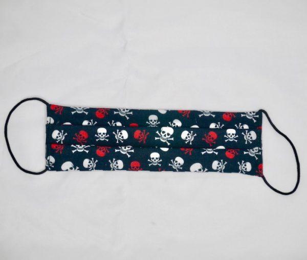 Mascarilla negra con calaveras rojas y blancas
